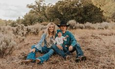 Rodeo Star Ryder Wright And Wife Cheyenne Wow In This Photoshoot By Maddy Beins Photography - COWGIRL Magazine Source by cowgirlmagazine Look clothes Western Family Photos, Country Couple Pictures, Cute Country Couples, Fall Family Pictures, Cute N Country, Country Prom, Family Pics, Western Baby Pictures, Country Babies
