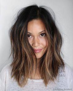 No cabelo escuro, mechas em tons de marrom podem ser feitas apenas na parte da frente do rosto, para iluminar (Foto: Instagram @costlund)