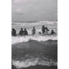 Si no pones #fuerza alguna, el #mar no duda en #llevarte  donde quiera, revolcarte cuantas veces quiera y #perderte en el. Ahora #imagina que todas esas #personas que te #molestan,te ponen #obstaculos, que tratan de hacerte la vida #imposible son el #mar. Si tu no eres #fuerte terminaran #lastimandote cada vez mas. Tienes que #sostenerte y #demostrales que no volveras a #caer. -LlG 12-09-16 #acapulco#nomasobstaculos#travel#frases#blackandwhite #bnw