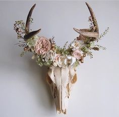 Antlers are woodland-inspired cool rustic pieces that bring coziness. Antlers make accessory holders and natural jewelry hangers. You can add some décor with diy decoration ideas using antler. Home Decor Accessories, Decorative Accessories, Diy Home Decor, Room Decor, Nursery Decor, Wall Decor, Antler Art, Deer Antler Crafts, Antler Wreath
