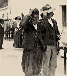 ΚΕΡΚΥΡΑ: Κάτοικοι του χωριού Πέλεκας κατά μήκος του δρόμου προς υποδοχή του Κάιζερ και άλλων Υψηλών προσκεκλημένων, 6 Απριλίου 1911, Corfu Greece, Where To Go, The Past, Memories, Couple Photos, Beach, Greeks, Vintage Cards, Portugal