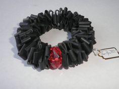Zwarte armband.De armband is van zwart rubber en de door assieshop
