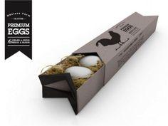 Les œufs Premium eggs sont des œufs bio issus de poules élevées en liberté et nourrie au grain. Les œufs sont nichés dans un mélange de mousse et de paille qui nous rappelle la ferme. Ce produit se positionne sur le haut de gamme comme le laisse comprendre le nom du produit.  En outre, la technique de stockage est astucieuse car dans cette boite les œufs sont conservés dans un endroit sûr et, à première vue, respectueux de l'environnement.