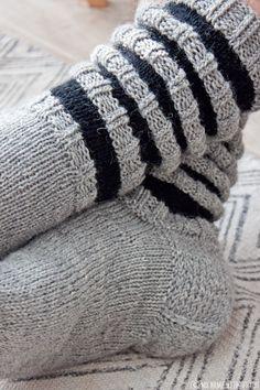 Suutarin poikakaveri sai viimein oman villaisen sukkaparinsa. En malttanut odottaa jouluun, vaan luovutin pitkään toivotut jalanlämmit...