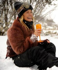 el placentero champagne- Lara Bingle drinking Veuve Clicquot on the slopes. Snow Fashion, Winter Fashion, Apres Ski Outfits, Ski Bunnies, Veuve Clicquot, Ski And Snowboard, Couture, Winter Outfits, Casual