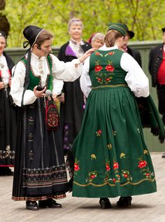 Anne Kristin Moe introduced the people who came to show their bunads. She is wearing a bunad from Nordfjord in the northern part of Sogn og Fjordane county, and the lady to the right s wearing a green embroidered bunad from Östfold.