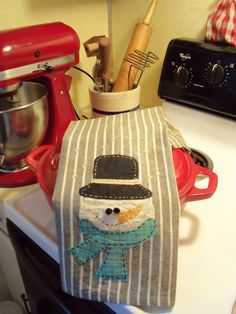 Primitive Snowman Dish Towel by on Etsy Primitive Snowmen, Primitive Crafts, Dish Towels, Tea Towels, Sewing Crafts, Sewing Projects, Hand Applique, Linens And Lace, Dmc Floss