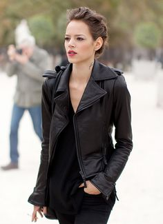 ways-to-wear-leather-jacket-this-fall-fresh-outfit-idea.jpg #omgoutfitideas #outfits #outfitideas
