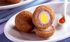 Bolinho de Carne Moída com ovo de codorna Ingredientes: · 1/2 kg de carne magra moída · 1 pacote de sopa-creme de cebola · 3 fatias de pão de forma picado · 3 colheres (sopa) de leite · 1 ovo ligeiramente batido · Salsa a gosto · 20 ovinhos de codorna cozidos e descascados · Farinha de rosca para empanar · Óleo para fritar