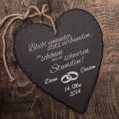 Schiefer ist ein ganz besonderes Material mit langer Tradition. Als stilvolles Geschenk zur Hochzeit ist das individuell gravierte Herz aus Schiefer ein echtes Unikat.
