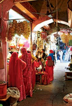 Jaipur Market- Brides from different regions of Rajasthan wear different patterns & colors, so each section of the market sells fabrics to a different tribe of Rajasthani women. India Jaipur, Udaipur, Most Beautiful People, Beautiful Places, Bali, Textile Market, India Travel Guide, Amazing India, People Shopping
