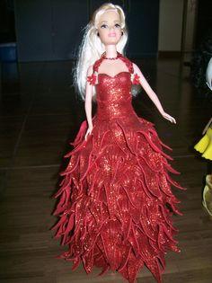 Boneca, tipo Barbie, vestida em E.V.A. pode ser confeccionada na cor escolhida, desde que disponível no mercado.