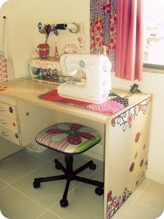 Casa de Bonecas: Cantinhos daqui: Sewing Room Design, Sewing Spaces, My Sewing Room, Sewing Studio, Sewing Rooms, Space Crafts, Home Crafts, Girls Bedspreads, Craft Room Closet