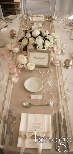 Décoration de #table #mariage classico-romantique, rose blanche, perles crème et touche de ruban gris par #Tanaga ambiance designer:
