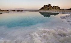 El Mar Muerto  A casi 430 metros por debajo del nivel del mar, es el punto más bajo de la Tierra y cada año se reduce un metro. Situado entre Israel, Cisjordania y Jordania; este lago salino no alberga apenas vida. Su principal alimento fluvial, el río Jordán, ha visto mermado su caudal y su sobrexplotación minera ponen en peligro este peculiar lago.