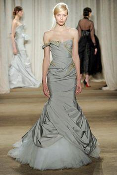 Vestido de fiesta largo en color gris con silueta sirena y escote corazón - Foto Marchesa