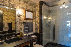 Blick in eines der insgesamt neun Badezimmer des Wohnkomplexes.