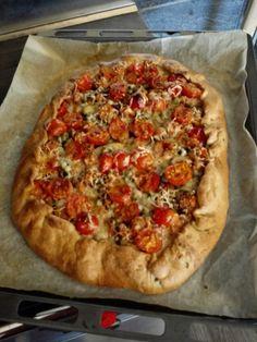 Galette juureen, kesäkurpitsa-tomaattitäyte Vegetable Pizza, Vegetables, Food, Essen, Vegetable Recipes, Meals, Yemek, Veggies, Eten