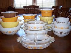 TOWN and COUNTRY Collection from Pyrex debuted in 1963 and was discontinued about Vintage Bowls, Vintage Kitchenware, Vintage Tins, Vintage Glassware, Vintage Pyrex, Vintage Food, Antique Dishes, Vintage Dishes, Kitchen Dishes