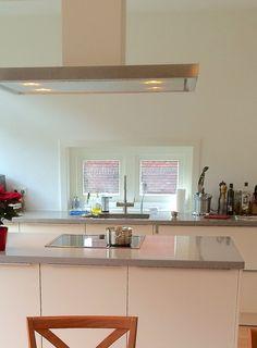 Nieuw raam in de zijgevel, vlak boven het werkblad van de keuken geeft extra dimensie aan de ruimte. Verbouwing woning Voorburg