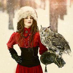La fría belleza rusa por Margarita Kareva, acompañada de tópicos rusos: el invierno ruso, el rojo ruso, los gorros rusos...