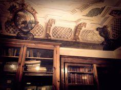 Biblioteca comunale di Dolceacqua, Palazzo Luigina Garoscio. Soffitti affrescati e testi che risalgono fino al XII secolo