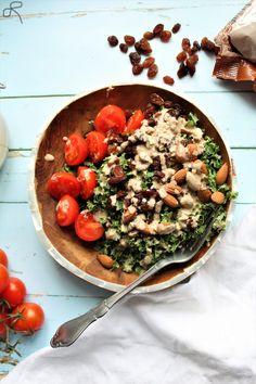 Nemt frokostidé: Grønkålssalat med tahindressing og gode toppings