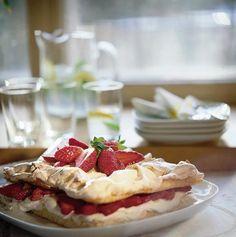"Mansikkainen britakakku // Strawberry Meringue ""Brita"" Cake Food & Style Helena Saine-Laitinen Photo Martti Leppä Maku 2/2003, www.maku.fi"