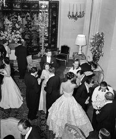 Elsie De Wolfe's Birthday Dinner, Paris, 1938 Photo: Roger Schall. © Jean-Frédéric Schall