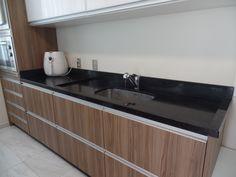 Bancada de Cozinha em Granito Preto São Gabriel e distribuição correta dos armários