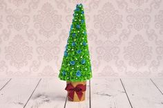 Film pokazujący w jaki sposób zrobić choinkę z papieru. Tutorial - DIY. Chcesz więcej, zapraszamy na http://www.inspirello.pl. Inspirello - nakręcone pomysłami.
