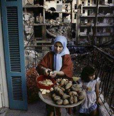 سوف نبقى هنا صورة قديمة ولكن نشرت لما بها من معاني (الأمل) #سوريا #Syria pic.twitter.com/9Inj7LuT
