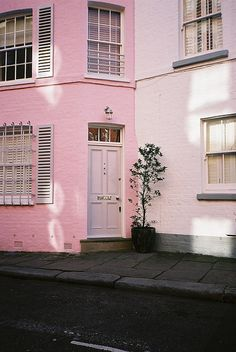 Pink walls and pink door for a pink home Pastel Decor, Pastel Pink, Pink Love, Pretty In Pink, Cute Pink, Neon Light, Pale Aesthetic, Photocollage, Pink Houses
