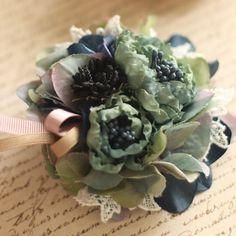 アーティフィシャルフラワー(造花)のバラとアジサイを使用したコサージュです。土台はダブルクリップですのでヘアアクセサリーとしてもお使い頂けます。直径約8cm*...|ハンドメイド、手作り、手仕事品の通販・販売・購入ならCreema。