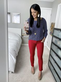 Navy and white printed blouse/ top+red skinny pants+nude pumps+gold pendant necklace+earrings. Skinny Pants Outfits, Red Pants Outfit, Red Skinny Pants, Outfit Work, Work Attire, Work Outfits, Red Pants Fashion, Pixie Pants, Business Casual Outfits