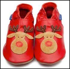En España, los niños dejan un par de zapatos en su alféizar de la ventana y Papa Noel viene y deja regalos en sus zapatos.