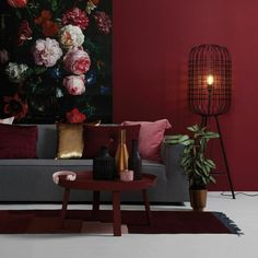 ▷ 1001 + ideas on the topic Which color suits red- ▷ 1001 + Ideen zum Thema Welche Farbe passt zu Rot a gray sofa, red walls, colorful picture with beautiful flowers, which color suits to gray - Decor, Living Room Green, Interior Rugs, Rugs In Living Room, Blue Living Room, Red Walls, Gray Sofa, Modern Furnishings, Colorful Interiors