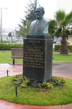 Nos jardins do antigo Hospital da Misericórdia, hoje transformado em lar, encontra-se o busto do Dr. João Afonso Calado da Maia, erigido em 30 de Maio de 2004 - Rio Maior | Portugal