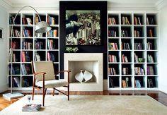 Os nichos desta estante têm 36 x 36 cm, medidas que a arquiteta Débora Lima achou ideal para acomodar livros de tamanhos e formatos diferentes