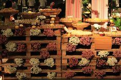 Essa idéia de usar os caixotes como mesa de doces foi super original e deu um efeito rústico e lindo! Achei super bacana!