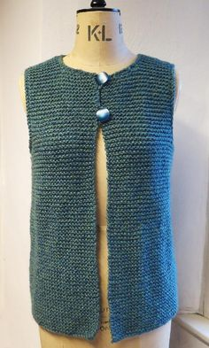 Easy to wear, easy to knit. This Gilet, Waistcoat, Jerkin can be easily knit with coarse / voluminous yarn in garter sts 114 122 134 cm Back length 23 24 25 26 in 58 60 62 64 66 cm 4 x 100 g balls from King Cole Big Value Chunky Shadow 557 & & Tea Cosy Knitting Pattern, Knit Vest Pattern, Easy Knitting Patterns, Knitting Yarn, Free Knitting, Beginner Knitting Projects, Knitting For Beginners, Point Mousse, Garter Stitch