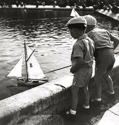 mimbeau: Children sailing toy boats - Paris 1938 by Roger Schall Christopher Robin, Foto Art, Vintage Paris, Paris Photos, Kids Shows, Photo Library, Vintage Pictures, Vintage Photographs, Westminster