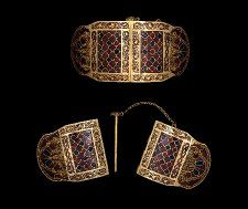 Shoulder clasps from the ship-burial at Sutton Hoo. Anglo-Saxon, early century AD From Mound Sutton Hoo, Suffolk, England. Medieval Jewelry, Viking Jewelry, Ancient Jewelry, Antique Jewelry, Preston, Sutton Hoo, Germanic Tribes, Early Middle Ages, Anglo Saxon