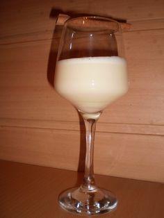 Všechny žloutky třeme s cukrem do pěny. Poté přidáme ostatní suroviny a řádně promixujeme. Pro výjimečný efekt dáme do druhého dne vychladit do... Glass Of Milk, Drinks, Food, Drinking, Beverages, Essen, Drink, Meals, Yemek