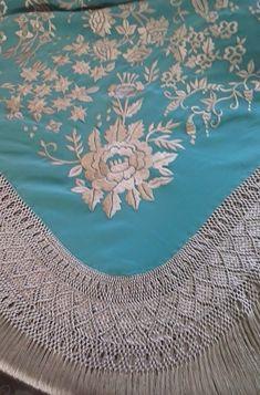 Diseños exclusivos de bordados y flecos de mantones de Manila,picos, chals, pañoletas, pañuelos de cuello... Fabricación propia y artesanal Tribal Dress, Silk Shawl, Macrame Knots, Spanish, Tapestry, Statue, Embroidery, Shawls, Jewelry