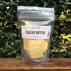 Ingrediënten: 100% Pure Biologische Raw Cacaoboter (Theobroma Cacao Seed Butter) * Zeer voedende en hydraterende boter voor je huid * 100% biologisch raw en ongeraffineerd * Hoog gehalte aan vitamine K en E; houden je huid gezond en soepel en gaan vroegtijdige huidveroudering tegen * Ideaal als lippenbalsem * Boost de collageenproductie en verlicht huidklachten door de aanwezigheid van polyfenolen op #bolzoekhulp