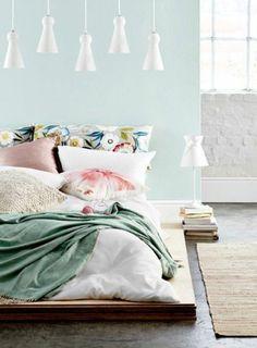 chambre adulte complete mur en bleu clair coussins de lit colores tapis beige