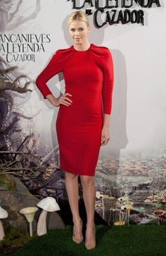 Opting for a bolder shade of red, Charlize donned a long-sleeved Giambattista Valli sheath for the Snow White and the Huntsman Madrid photo call. #madridphotos