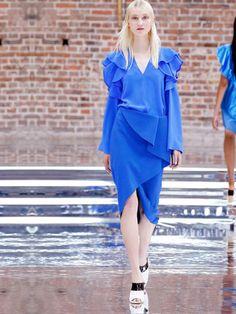 Neben Weiß, Schwarz und Nachtblau setzte die Designerin diese Mal vor allem auf Blautöne.
