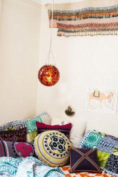 Fleur je bank op met kussens in allerlei soorten en maten met verschillende prints voor een boho vibe